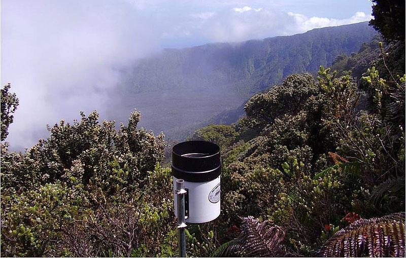 Eine Wetterstation mit Blick auf den Big Bog.