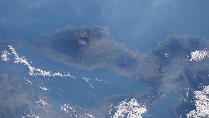 Der Krater des Tambora ist selbst aus dem All sichtbar. Bild: NASA