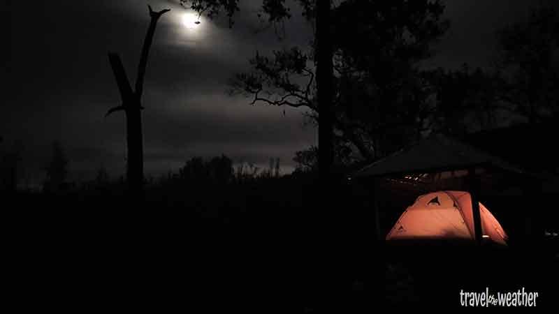 Tambora - Die Nacht bei Mondschein im Zelt.