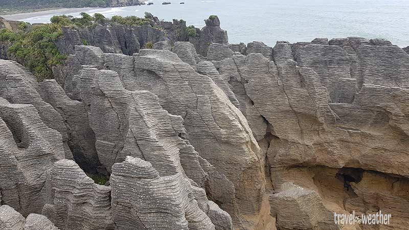 Die Pancake Rocks sehen aus wie gestapelte Pfannkuchen. Es ist nicht ganz klar, wie sie entstanden sind.