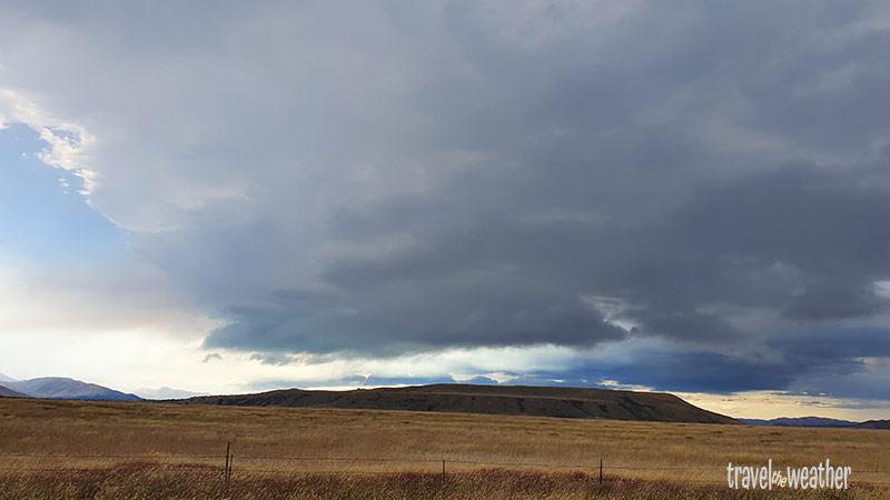 Dunkle Wolken beim Lake Ohau kündigen den Regen an.