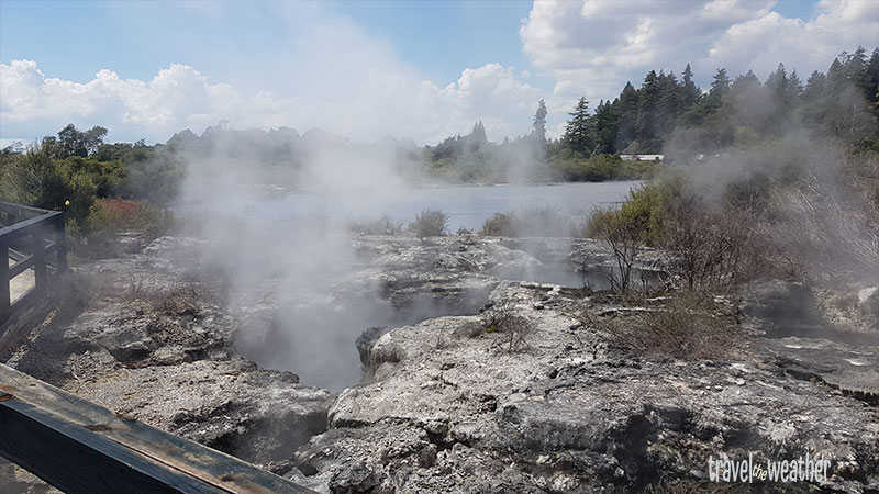 In Whakarewarewa dampft und blubbert es überall.
