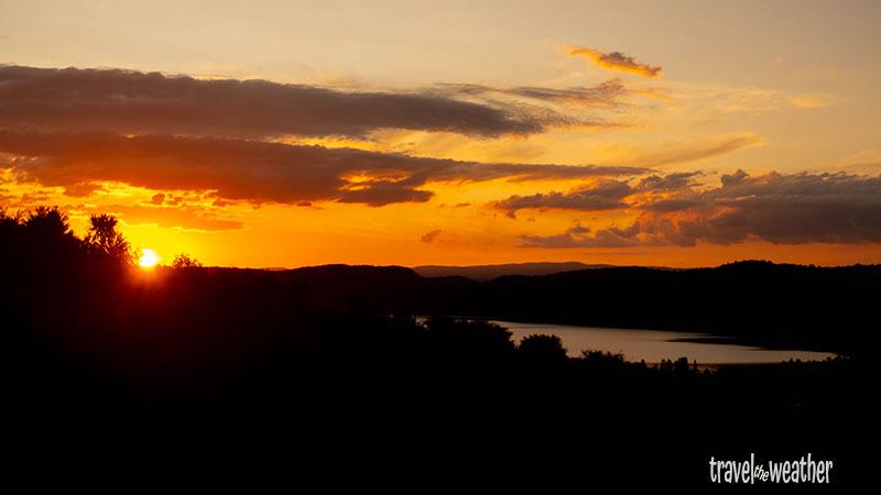 Von unserem Ferienhaus am Lake Taupo können wir tolle Sonnenuntergänge sehen.