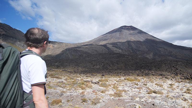 Die ersten Kilometer der Wanderung, den Mount Ngauruhoe immer im Blick.