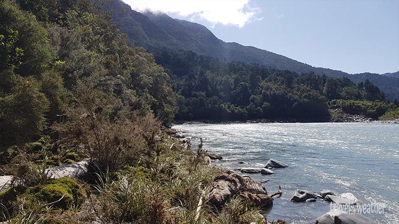 Nach einigen hundert Metern wird der Uferstreifen aber sehr schmal.