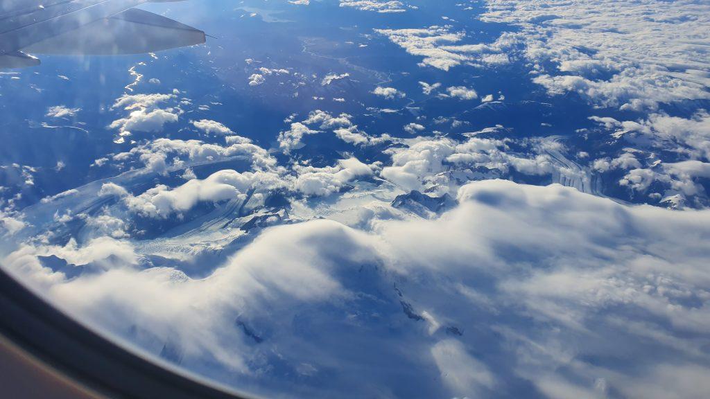 Aus der Luft sehen die riesigen Gletscher winzig aus.