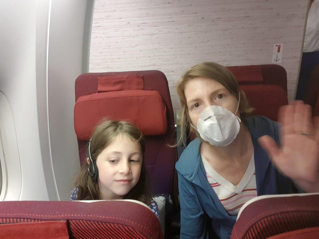 Mit Mama im Flugzeig nach Hause.