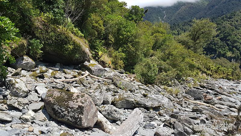 Der Fluss macht eine Rechtskurve und das Ufer wird wieder breiter.